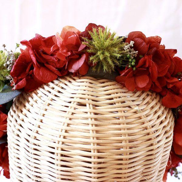 corona con flores preservadas con hortensias rojas 2