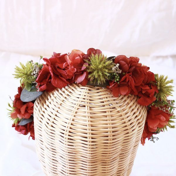 corona con flores preservadas con hortensias rojas 3
