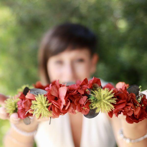 corona con flores preservadas con hortensias rojas 6