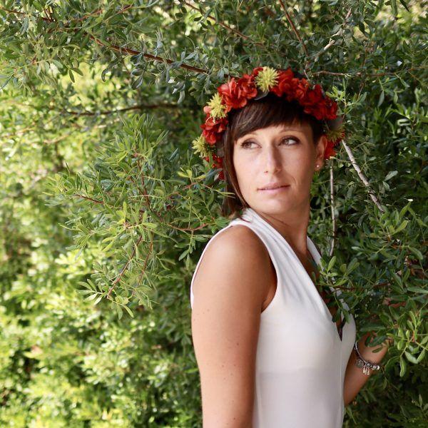 corona con flores preservadas con hortensias rojas 7