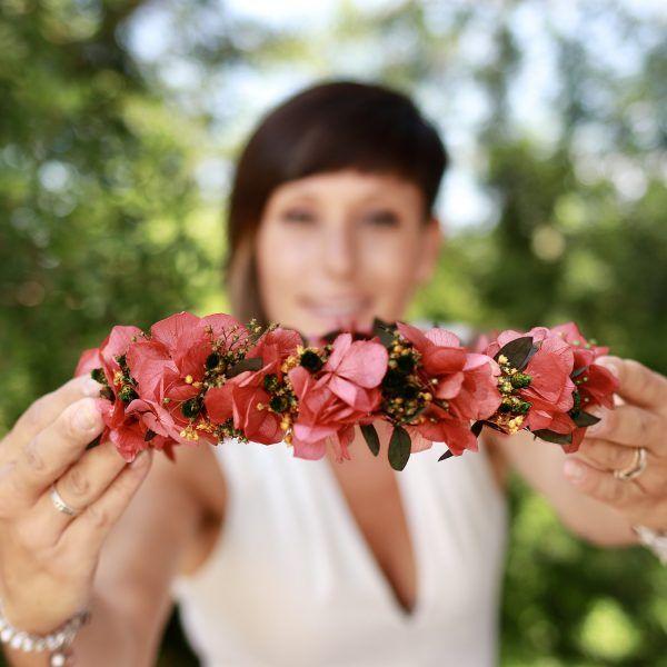 corona con flores preservadas en rosado
