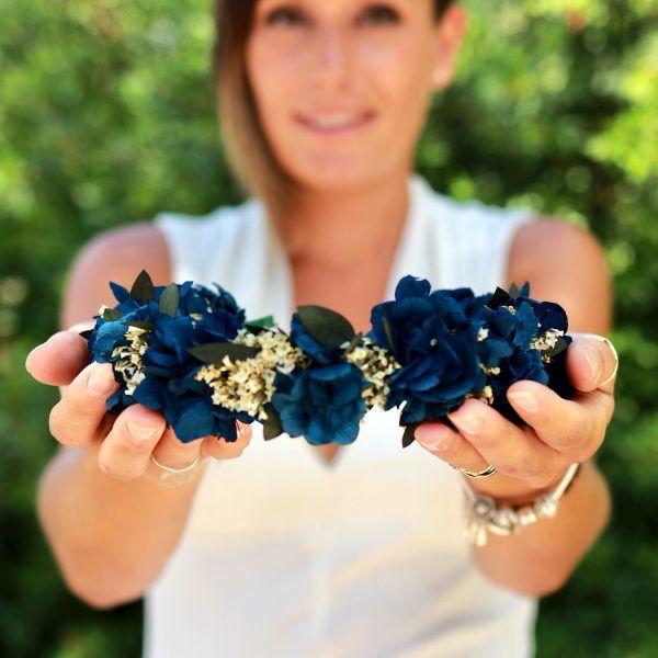 diadema con flores preservadas en azul cobalto 2
