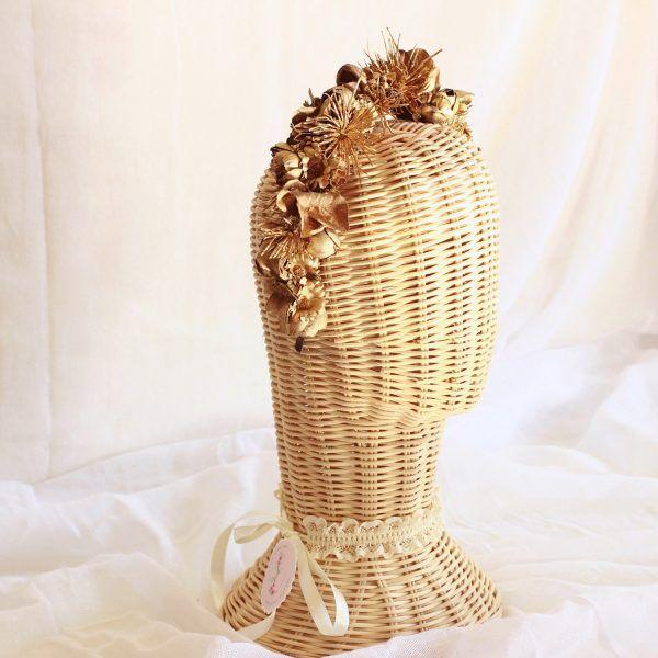 Diadema con flores textiles oro