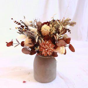 Natur jarron con flores preservadas en tonos naturales