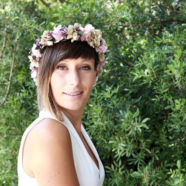 Violeta: Corona con flores preservadas en lilas y verde agua