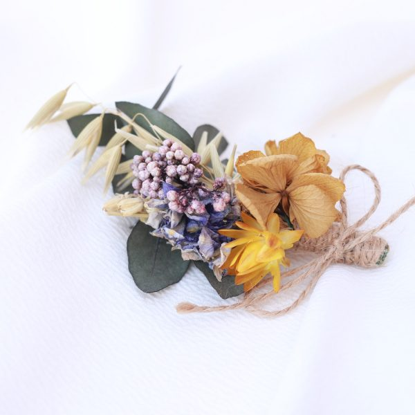 boutonniere con flores preservadas ocre