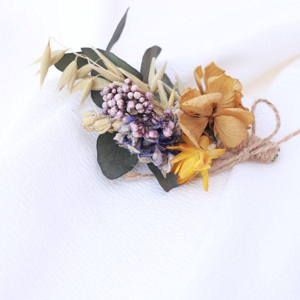 boutoniere con flores preservadas en ocre