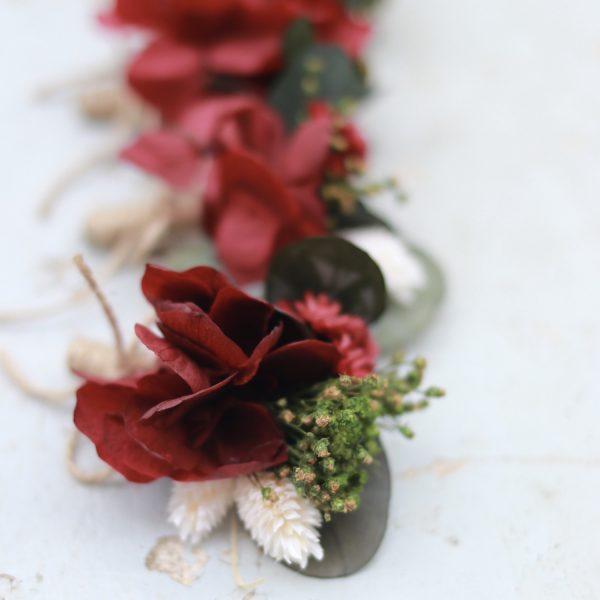 boutonniere con hortensias preservadas rojas