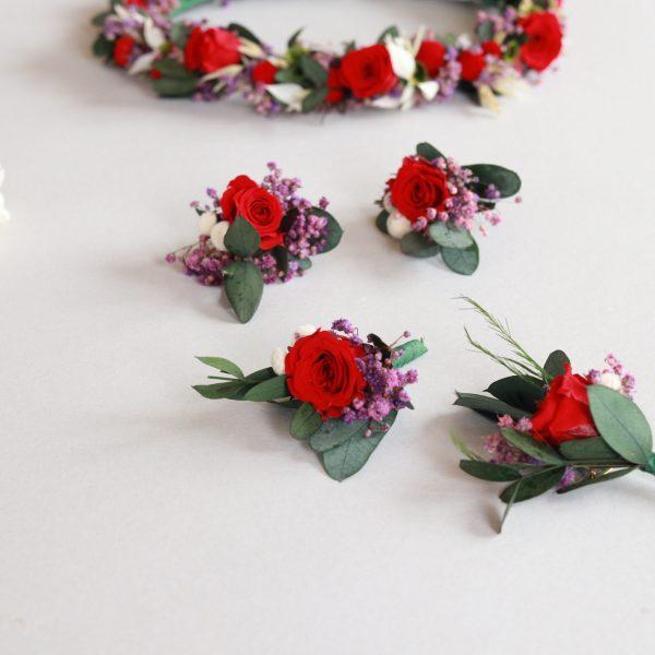 boutonniere con rosa roja preservada