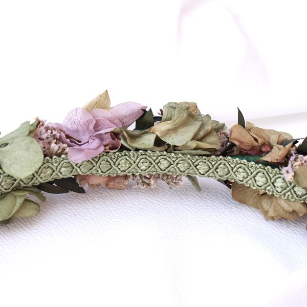 cinturon con flores preservads en tonos verdes y lilas