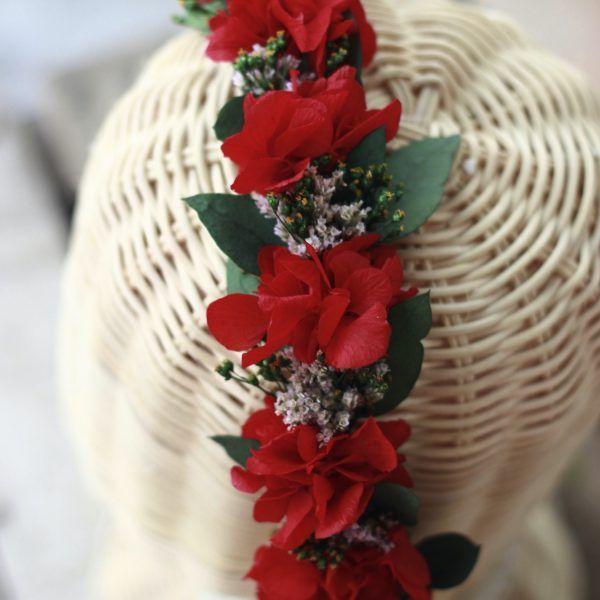 diadema con flores preservadas rojas velvet