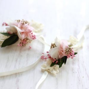 corsage pulsera con flores preservadas, hortensias para damas de honor e invitadas exquisitae complementos para bodas y eventos