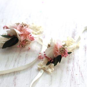 pulsera con flores preservadas en blanco y rosa