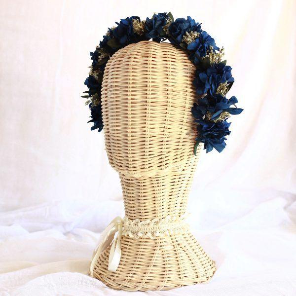 diadema con flores preservadas azul