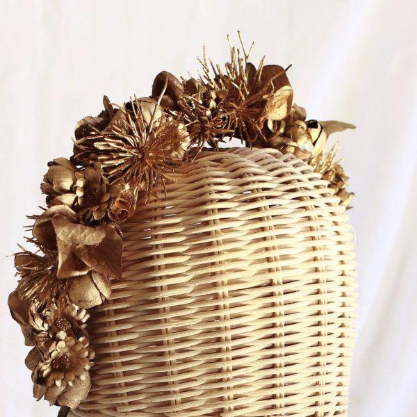 Diadema con flores textiles para novias