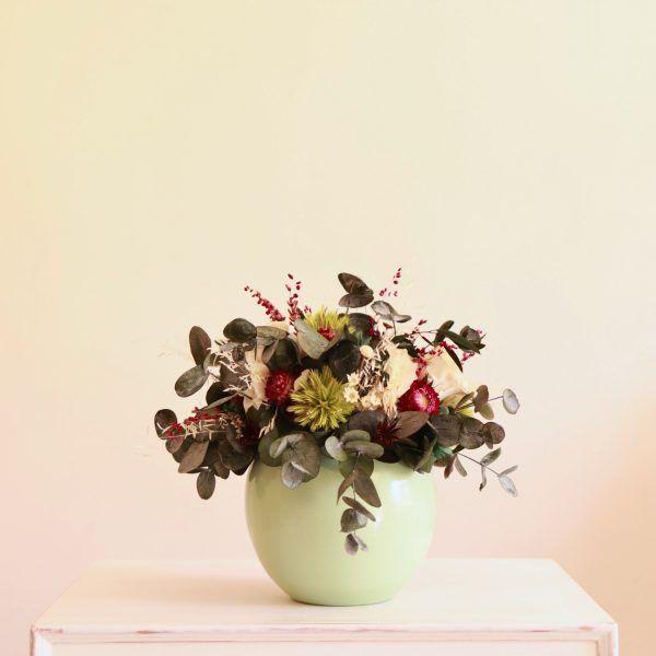Esperanza centro con flores preservadas en verde