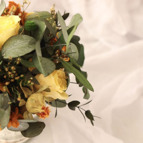 capricho jarron con arreglo con flores preservadas en tonos calidos