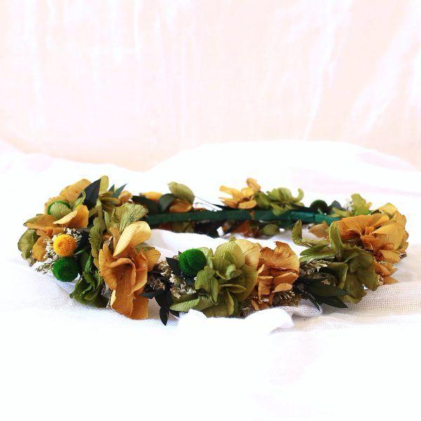 corona con flores preservadas ocre y verde