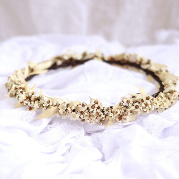 corona con flores secas marfil