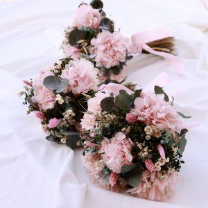 El conjunto floral para boda es una selección de creaciones florales para ayudarte a decidir los elementos florales que vas a querer usar en tu boda, ramo de novia con flores preservadas