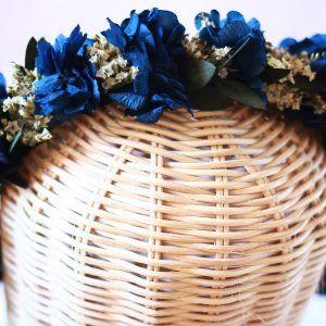Diadema con flores preservadas en azul