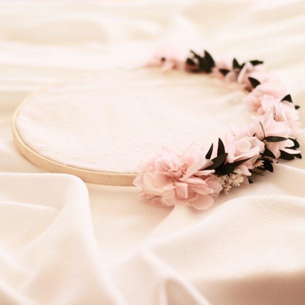 Porta alianzas tipo Bastidor con flores rosa preservadas