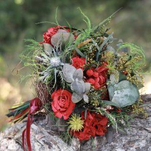 Paris: Ramo de novia con rosas y hortensias preservadas en tonos rojos con rosas y hortensias. exquisitae tienda on line