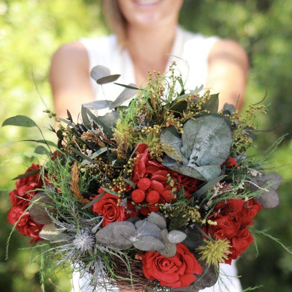 Paris: Ramo de novia con rosas y hortensias preservadas con flores preservadas en tonos rojos con rosas y hortensias. exquisitae tienda on line
