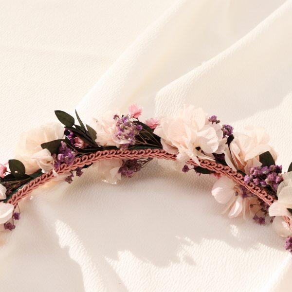 cinturon metalico en color plata con flores preservadas en tono rosa pastel