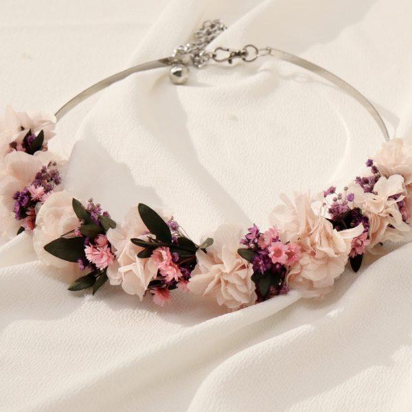 Cinturón con flores preservadas metalico en color plata. Las flores preservadas en tono rosa pastel