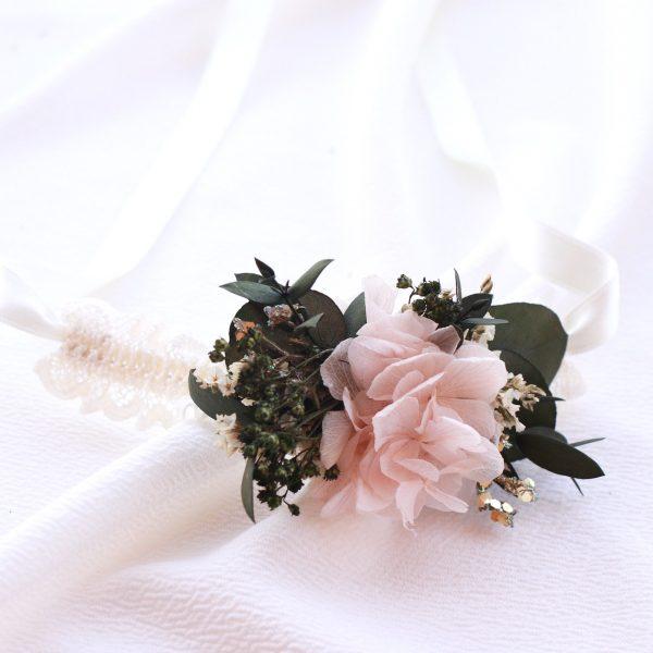 pulsera para damas de honor en tono rosa palido con hortensias preservadas. Complementos florales para novias en exquisitae