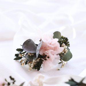 Pulsera con hortensias preservadas rosa. pulsera para damas de honor en tono rosa palido con hortensias preservadas. Complementos florales para novias en exquisitae