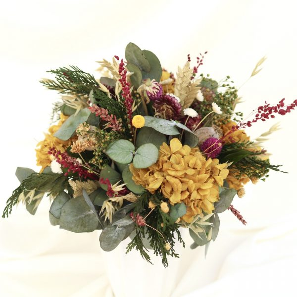 jarron con flores preservadas con hortensias ocre y variedad de verdes y flores exquisita