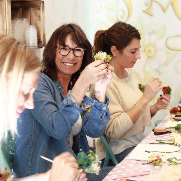 taller de coronas y diademas con flores preservadas