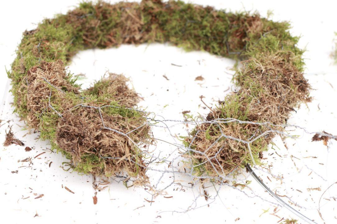 corona de navidad artesanal musgo y rejilla 5